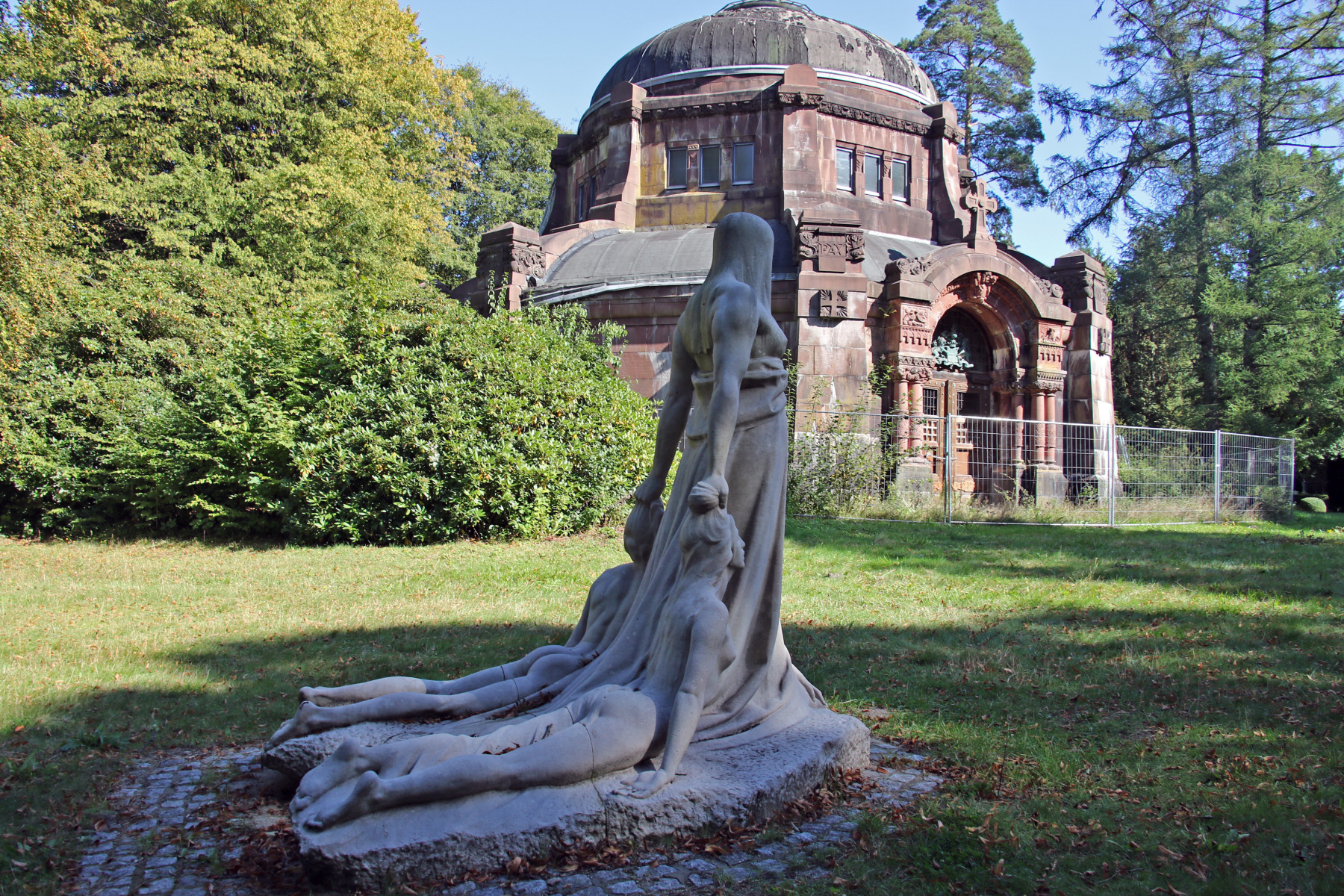 Hamburg Friedhof Ohlsdorf Mausoleum von Schröder Skulptur Schicksal