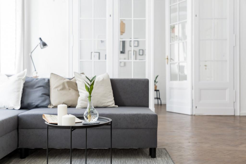 House Staging - Wohnzimmer mit Blumen dekoriert