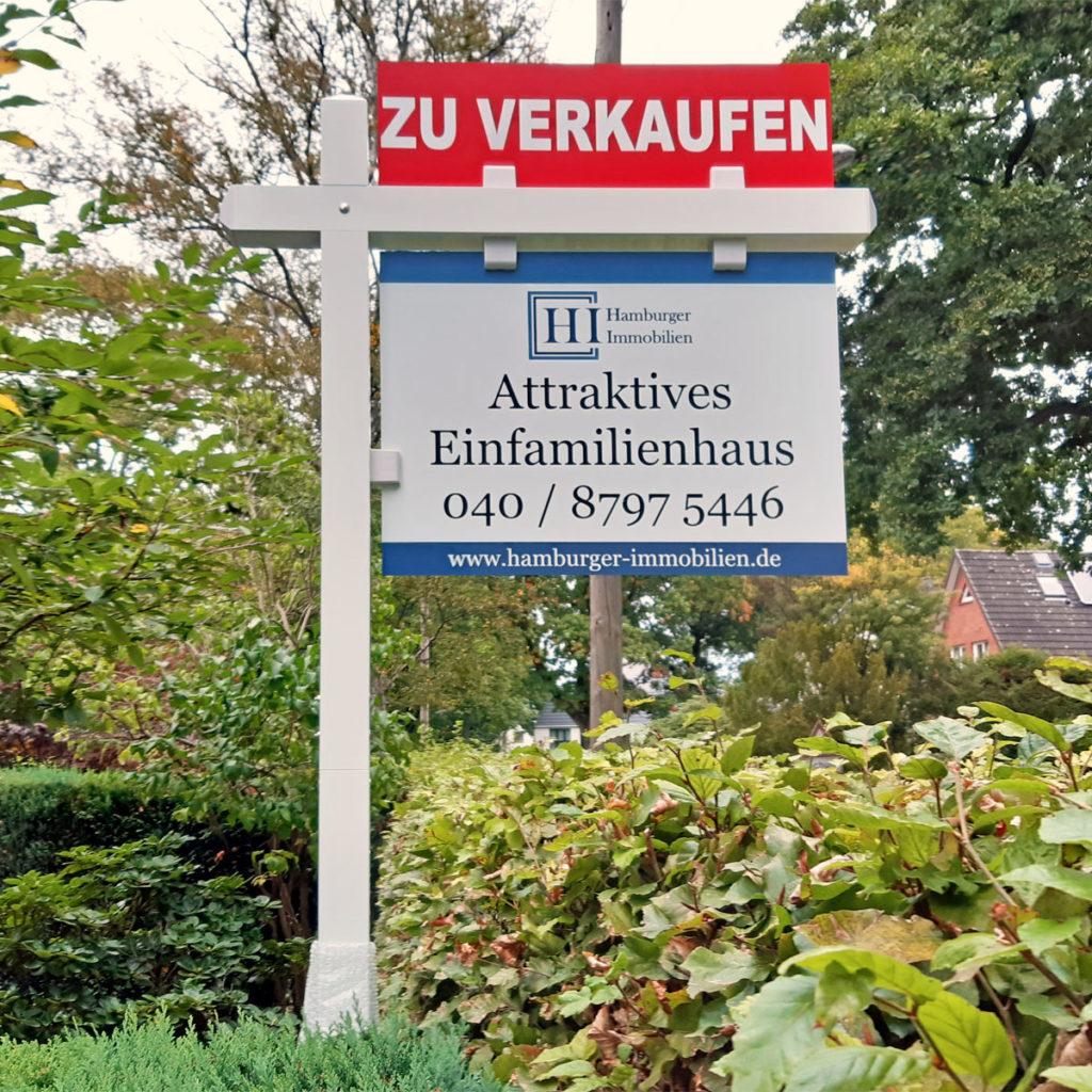 Info-Schild Makler Haus verkaufen
